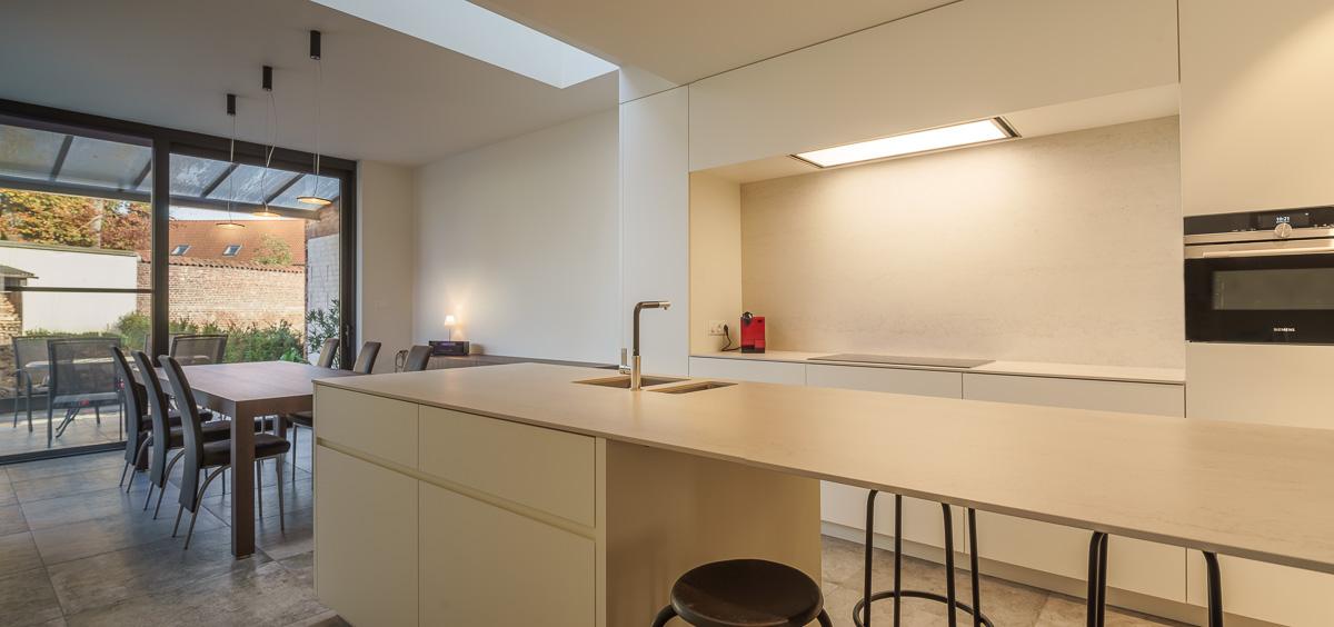 Moderne keuken en eetkamer